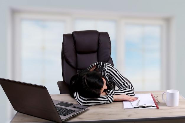 Homme d'affaires épuisé homme d'affaires endormi