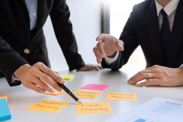 Homme d'affaires et équipe analysant les états financiers.