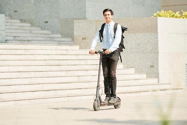 Homme affaires, équitation, sur, scooter, dans ville