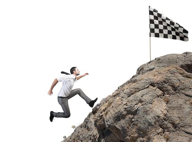 Homme d'affaires escalade une montagne pour atteindre le drapeau. objectif commercial de réalisation et concept de carrière difficile