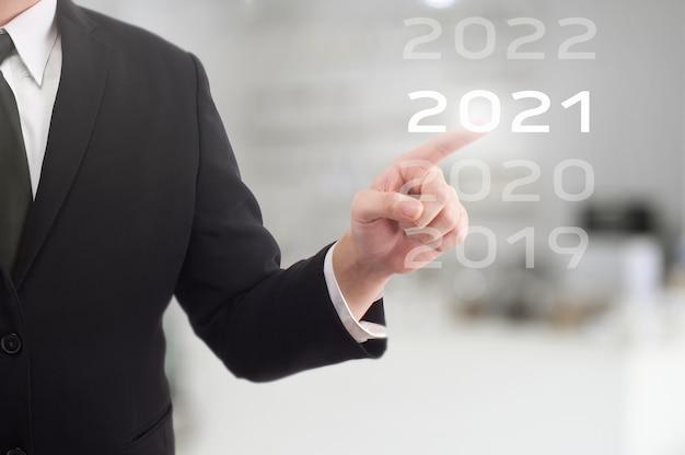 Homme d'affaires est des points sur la technologie futuriste avec minuterie numérique
