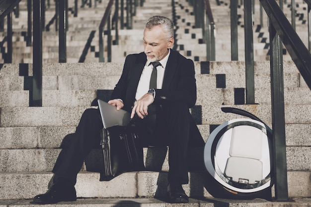 Homme d'affaires est prendre un ordinateur portable de porte-documents