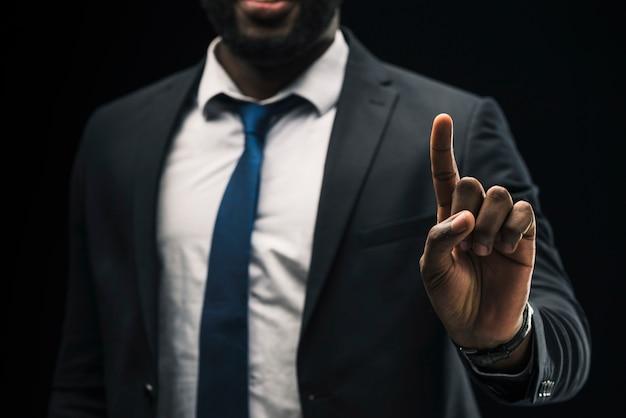 Homme d'affaires ethnique pointant vers le haut