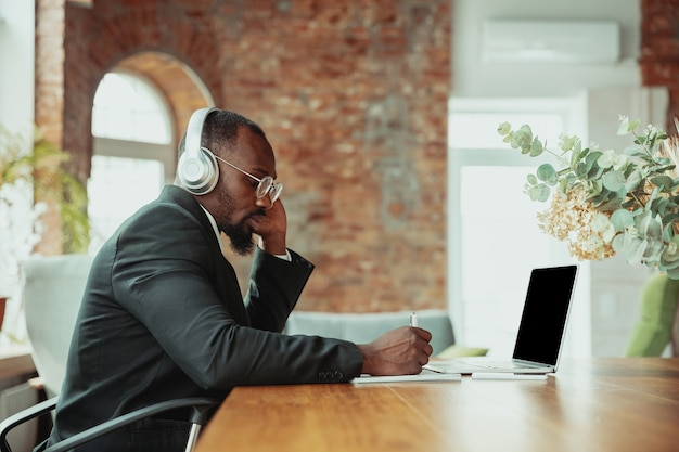 Homme d'affaires ou étudiant travaillant à domicile isolé ou maintenu en quarantaine à cause du coronavirus.