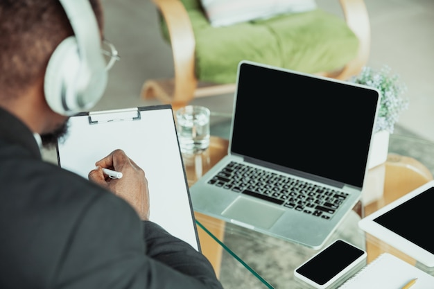 Homme d'affaires ou étudiant travaillant à domicile isolé ou en quarantaine