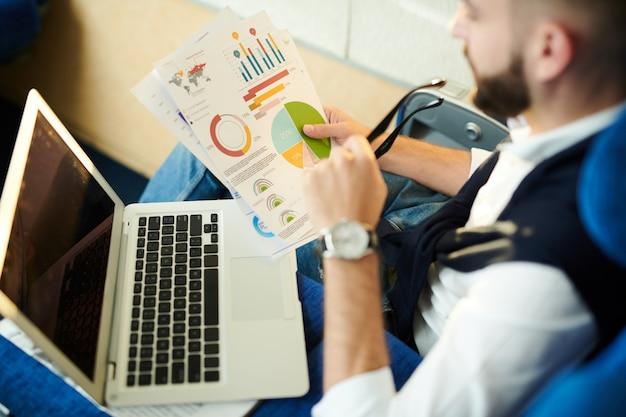 Homme affaires, étudier, graphique