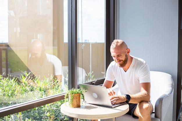 Homme d'affaires européen en chemise blanche fait du travail à distance