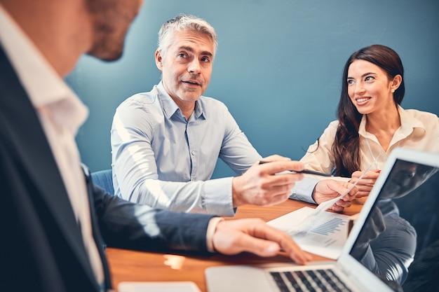 Homme d'affaires expliquant à un collègue un nouveau projet dans le bureau moderne