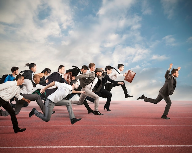Homme d'affaires exulte de gagner lors d'une course avec des adversaires