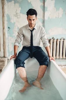 Homme d'affaires en faillite dans la baignoire, homme suicide