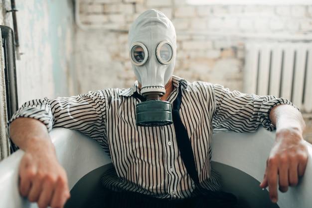 Homme d'affaires en faillite en masque à gaz, homme suicide