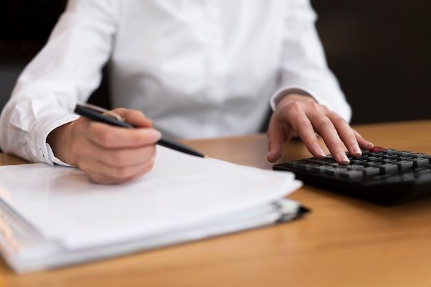 Homme d'affaires faisant des calculs au bureau