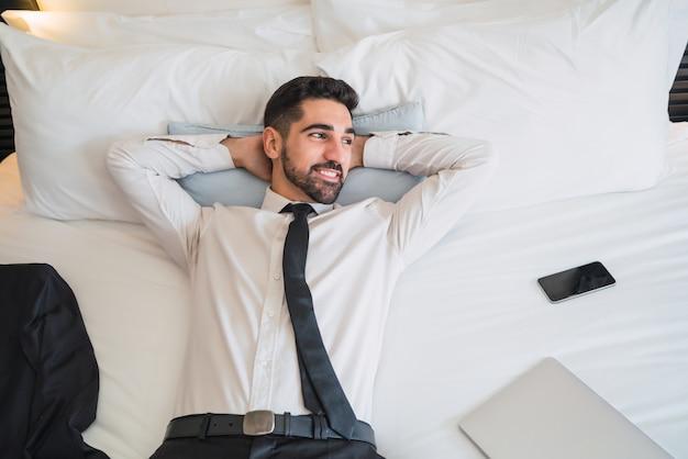 Homme d'affaires faisant une pause dans le travail à la chambre d'hôtel.