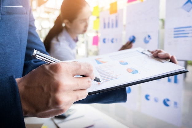 Homme d'affaires faisant une présentation avec ses collègues et stratégie de stratégie effet de couche numérique au bureau comme concept.