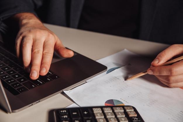 Homme d'affaires fait une marque dans un graphique. concept d'investissement et d'entreprise.