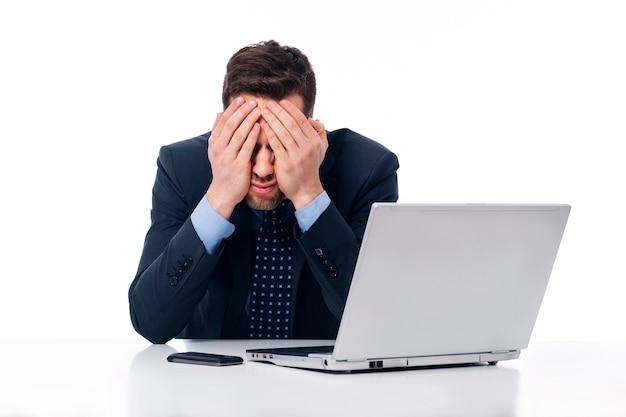 Homme d'affaires fatigué au travail