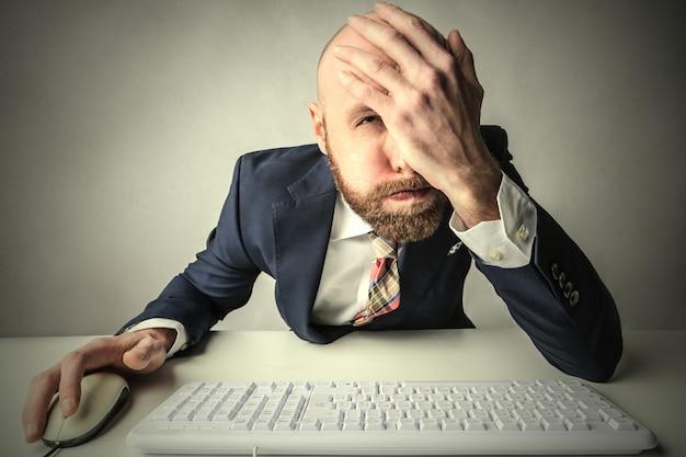 Homme d'affaires fatigué ayant des difficultés