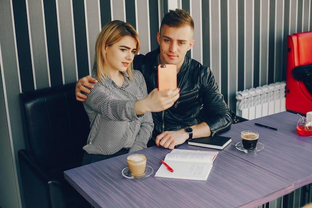 Homme d'affaires et femme d'affaires dans un café