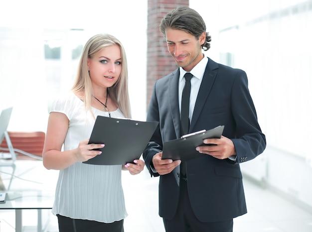 Homme d'affaires et femme d'affaires discutant de documents avant la réunion