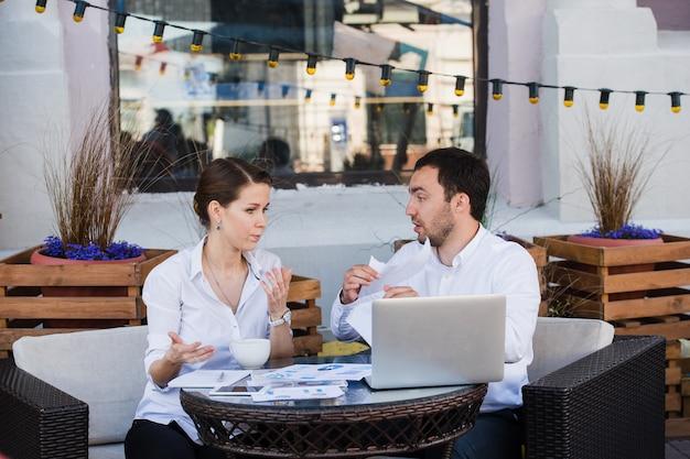 Homme d'affaires et femme d'affaires réunis dans un café
