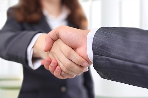 Homme d & # 39; affaires et femme d & # 39; affaires se serrant la main