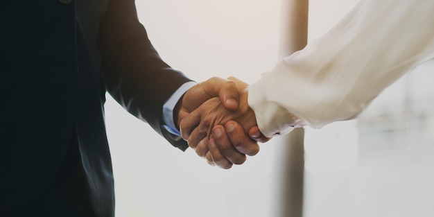 Homme d'affaires et femme d'affaires se serrant la main
