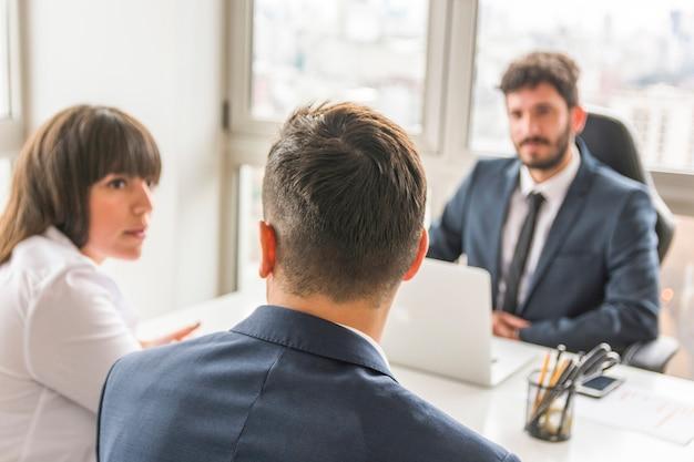 Homme affaires, femme affaires, séance, devant, directeur, lieu de travail