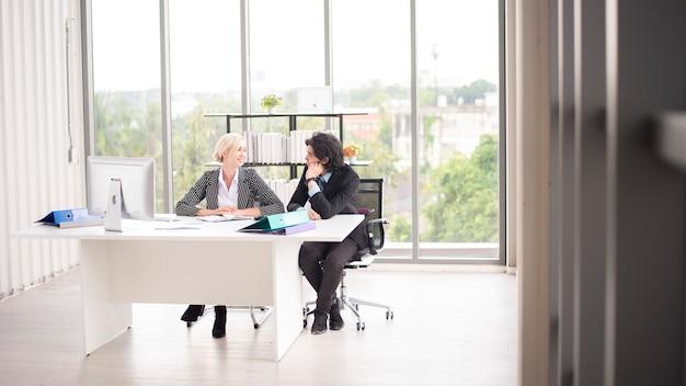 Homme d'affaires et femme d'affaires sont des données commerciales d'analyse