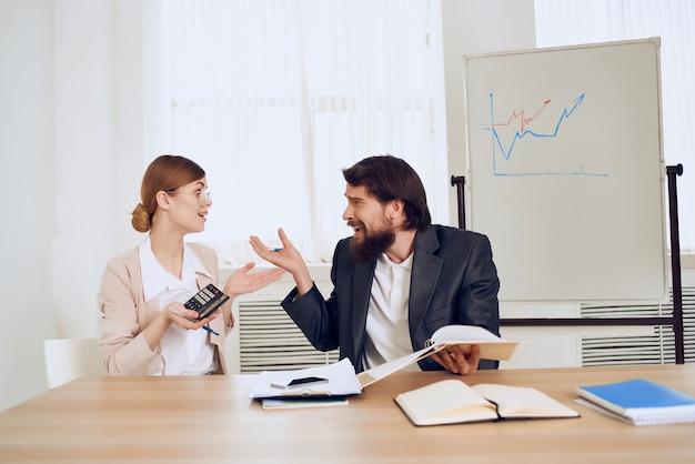 Homme d'affaires et femme communication émotions collègues de travail