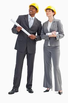 Homme d'affaires et femme avec des notes et des casques