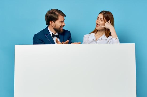 Homme d'affaires et femme publicité présentation bannière blanche fond isolé