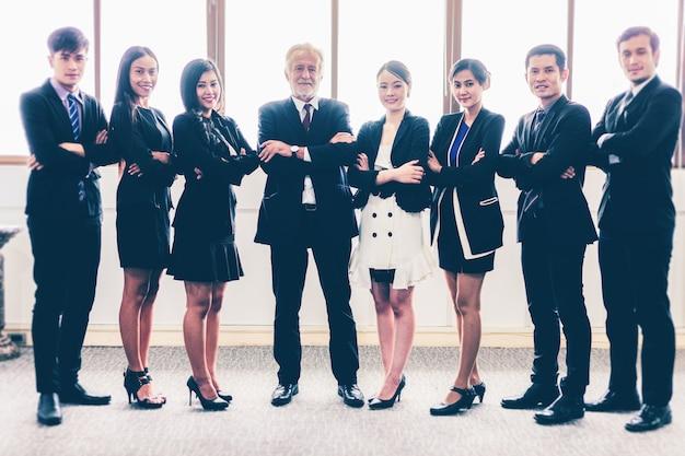 Homme d'affaires et femmes d'affaires célébrant le succès réalisation bras levé et show thumb u