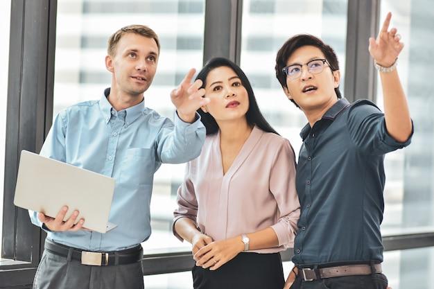 Homme d'affaires femmes d'affaires permanent réunion plan de conversation entreprise au bureau
