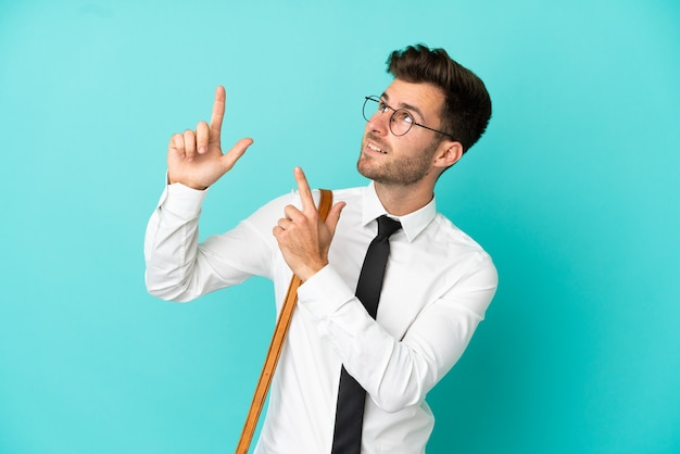 Homme d'affaires sur fond isolé pointant avec l'index une excellente idée