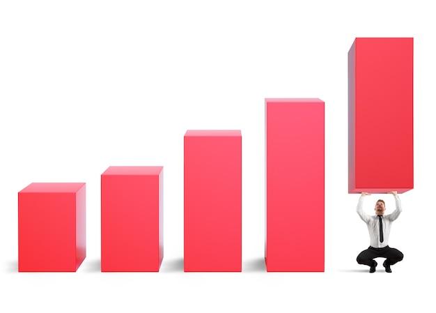 L'homme d'affaires fort avec l'effort élève les statistiques de l'entreprise