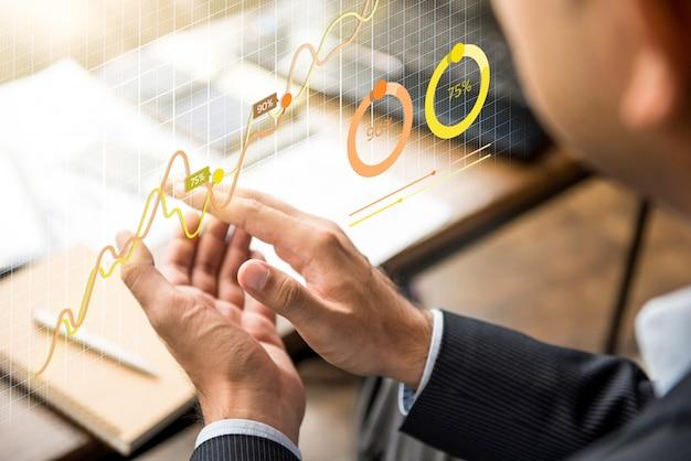 Homme d'affaires, frappant dans ses mains à la réunion avec tableau financier futuriste