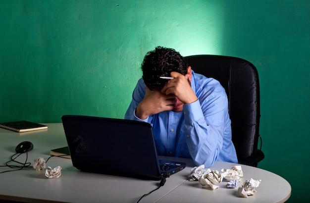 Homme d'affaires frustré dans son bureau