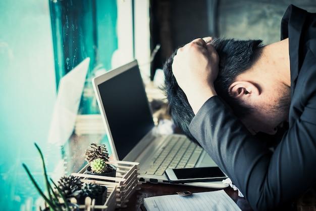 Homme d'affaires frustré à propos de son entreprise. stress, concept fatigué.