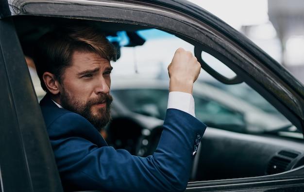 Homme d'affaires furtivement par la fenêtre de la voiture voyage professionnel