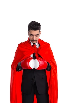 Homme d'affaires en gants de boxe et cape de super-héros