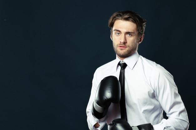 Homme affaires, gants boxe
