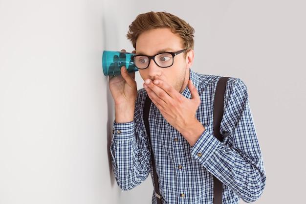 Homme d'affaires geek écoutant avec une tasse