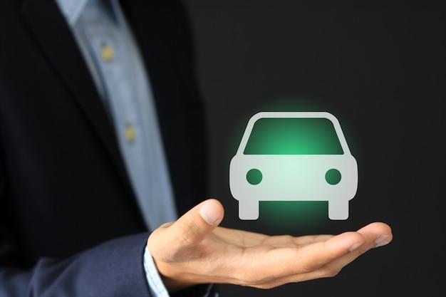 Homme d'affaires avec le geste d'offrande et l'icône de la voiture