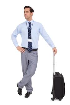 Homme d'affaires grave, attendant avec sa valise