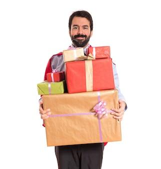 Homme d'affaires habillé comme un super-héros tenant des cadeaux