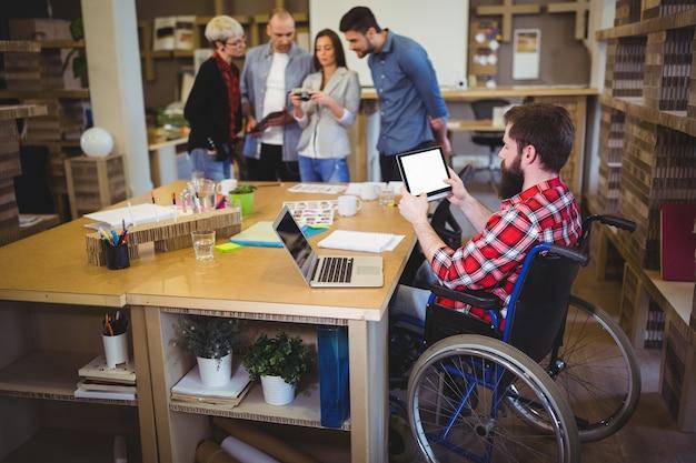 Homme d'affaires handicapé à l'aide de tablette numérique au bureau
