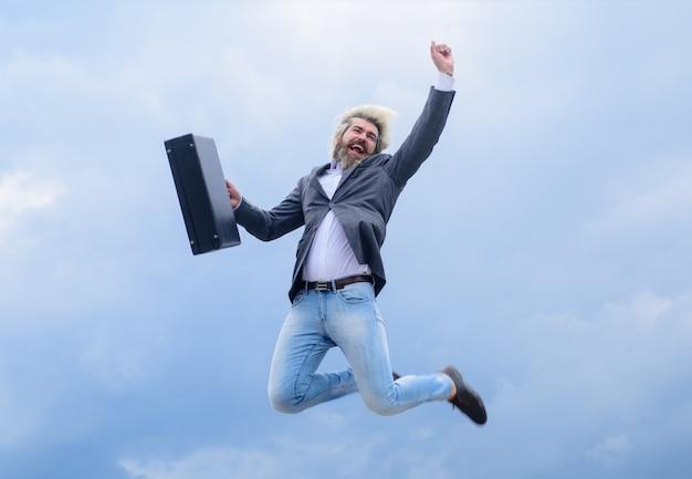 Homme d'affaires heureux homme d'affaires barbu avec cas saut homme d'affaires homme en costume d'affaires saute avec