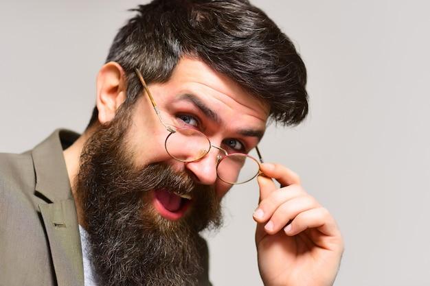 Homme d'affaires heureux avec une longue barbe et moustache