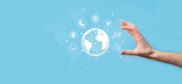 Homme d'affaires hiold, utiliser, appuyer sur l'icône infographique de la technologie communautaire numérique. concept de haute technologie et de big data. connexion globale.internet des objets iot . réseau de communication de l'information sur les tic .