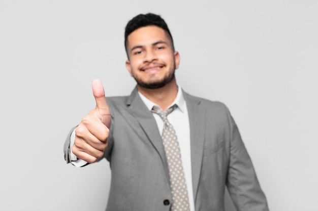 Homme d'affaires hispanique avec une expression heureuse